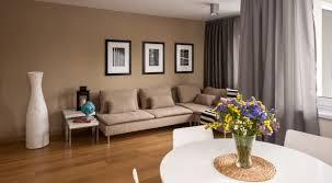 Salon z sofą w tle